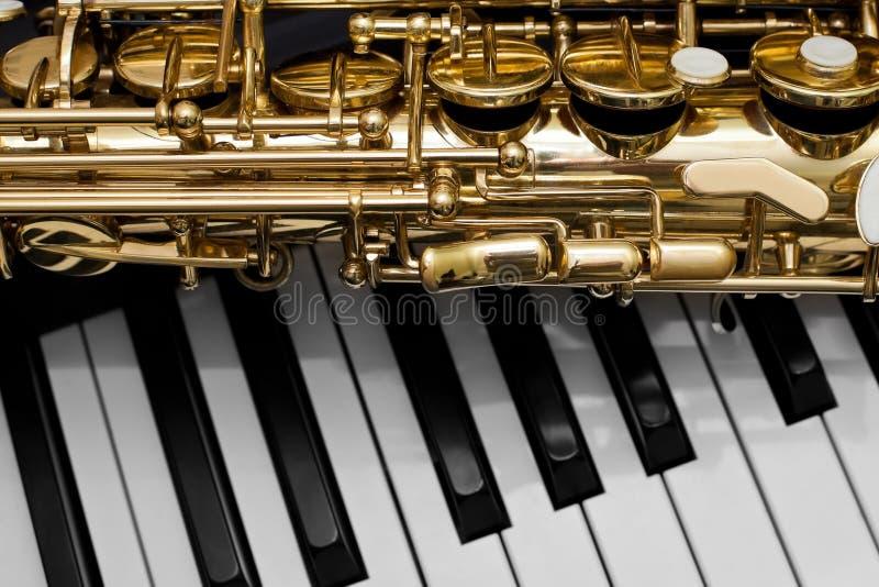 Fragment av saxofonen arkivbilder