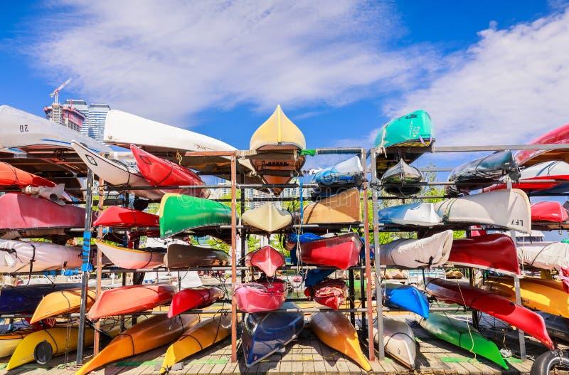 fragment av sikten av bakgrund för fartyg för stilfull sportkanot färgrik på den marin- mitten för strand royaltyfria bilder