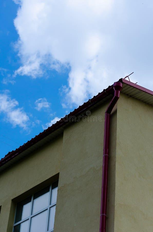 Fragment av skolaväggen mot den blåa vårhimlen royaltyfria bilder