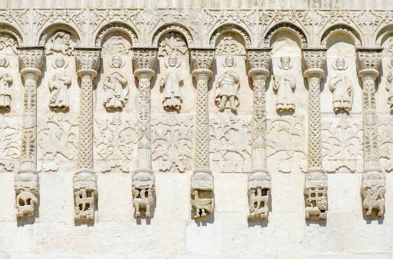 Fragment av väggen av den Dmitrievsky domkyrkan med stencarvings, V royaltyfri foto