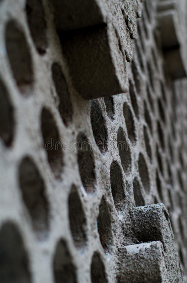 Fragment av väggen med hål arkivfoto