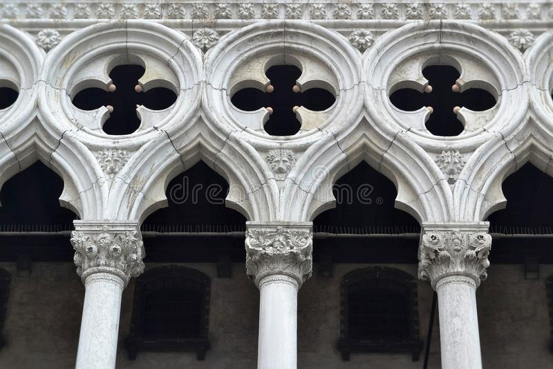 Fragment blanc de colonnes avec un ornement décoratif dans la partie supérieure image libre de droits