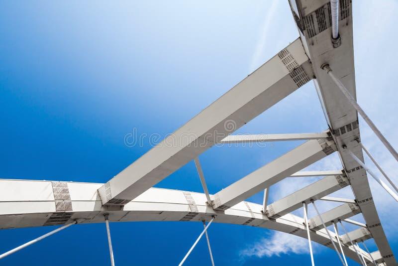 fragment Câble-resté de pont sous le ciel bleu photographie stock libre de droits