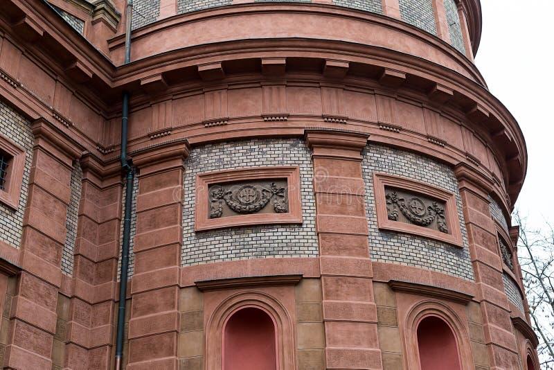 Fragment d'église de mur de briques avec les fenêtres arquées de St Wenceslas Prague photo stock