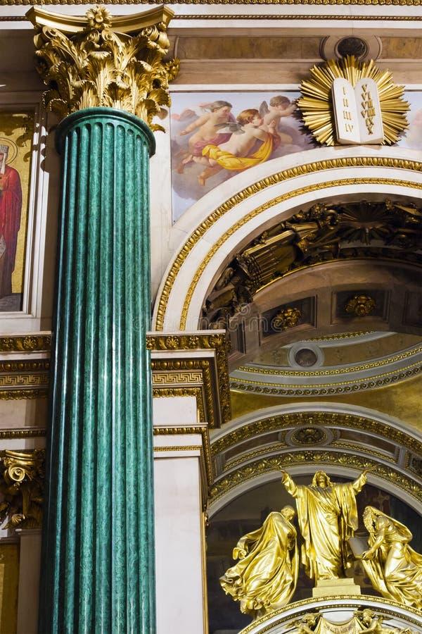 Fragment d'intérieur décoré riche de la cathédrale orthodoxe d'Isaac antique de saint image libre de droits