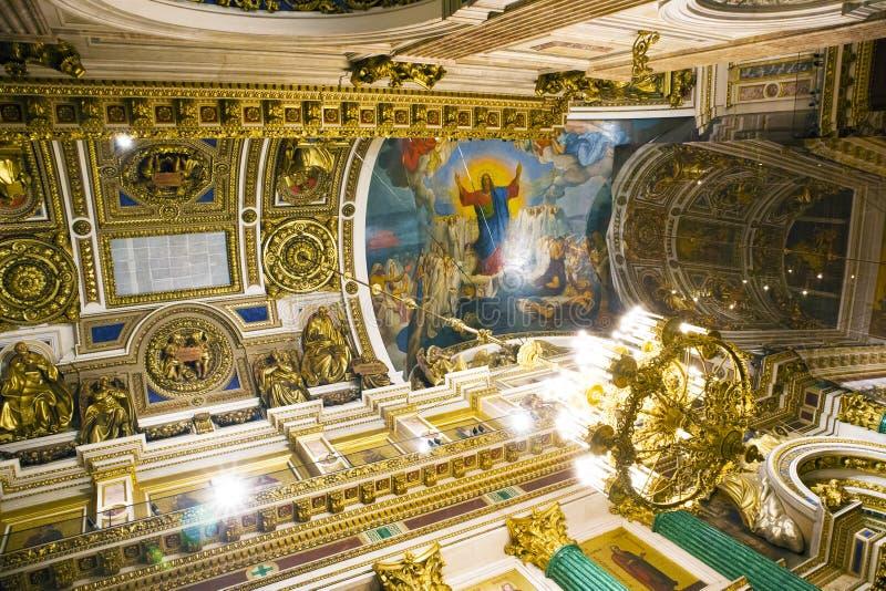 Fragment d'intérieur décoré riche de la cathédrale orthodoxe d'Isaac antique de saint photographie stock