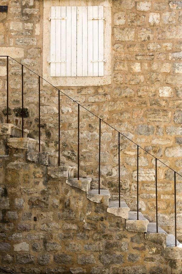 Fragment d'un bâtiment antique avec un escalier dans la vieille ville de Budva photo libre de droits