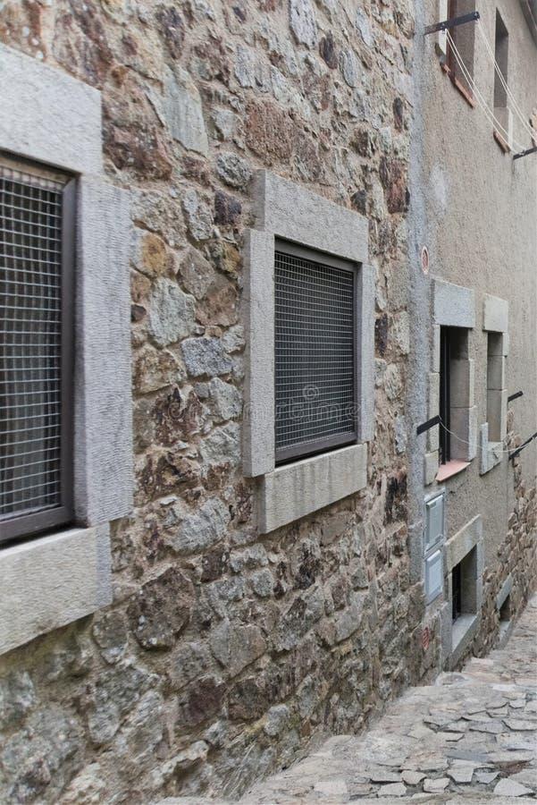 Fragment d'un bâtiment médiéval à l'intérieur d'une forteresse médiévale en Espagne image libre de droits