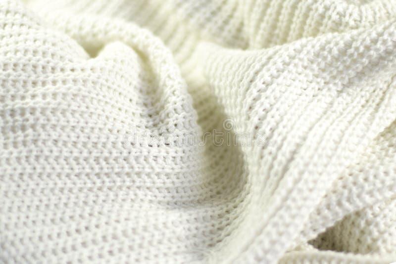 Fragment d'un blanc tricoté froissé photo stock