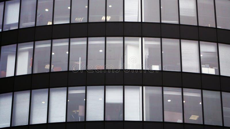 Fragment d'un immeuble de bureaux comme illustration pour des sujets d'affaires photos libres de droits