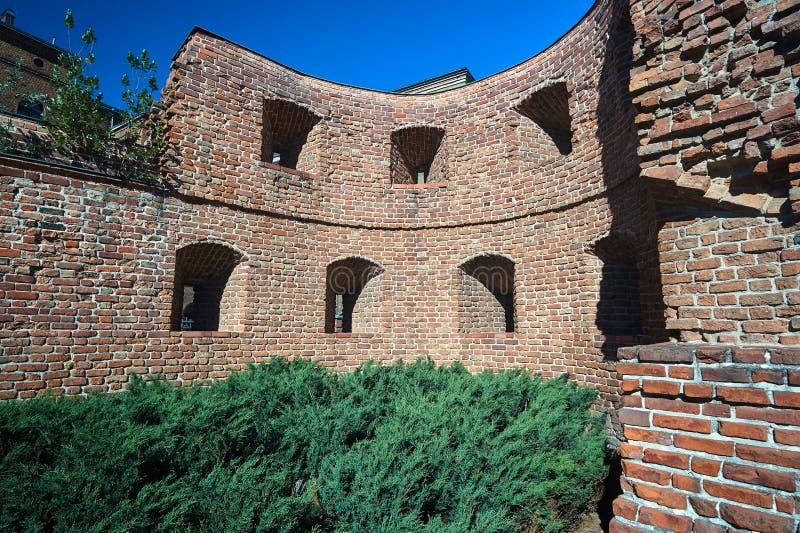 Fragment d'un mur défensif médiéval détruit image stock