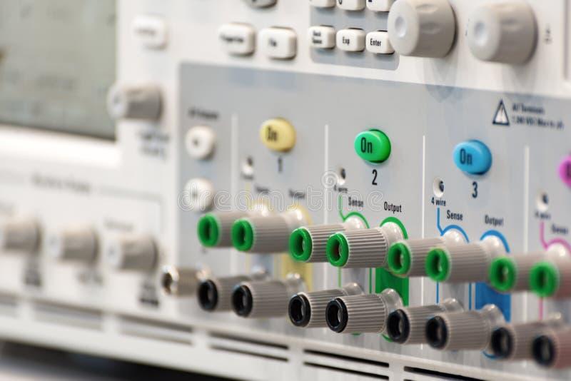 Fragment d'un oscilloscope numérique moderne Panneau de connecteur et de régulateur images libres de droits