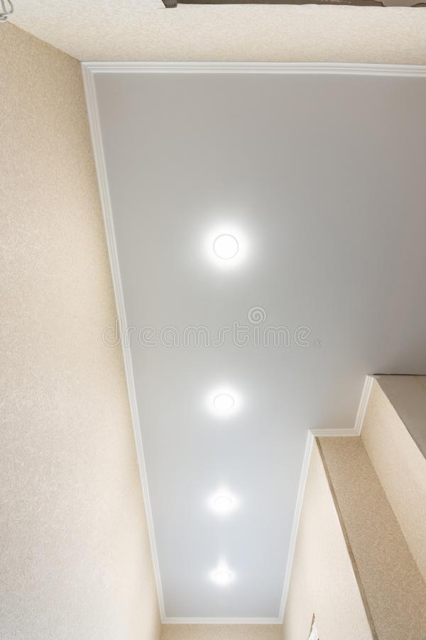 Fragment d'un plafond de bout droit dans un long couloir ?troit photo libre de droits