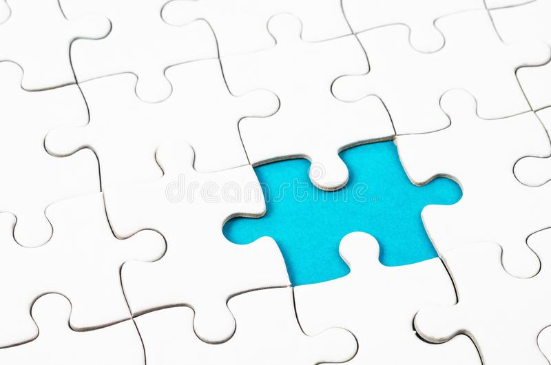 Fragment d'un puzzle denteux blanc plié photographie stock