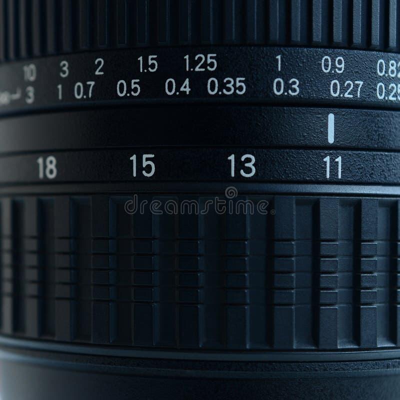 Fragment d'un zoom grand-angulaire pour un appareil-photo moderne de SLR L'ensemble de valeurs de distance est indiqué par les no photo stock