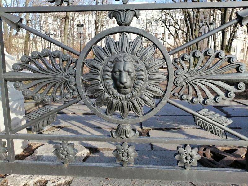 Fragment d'une barrière en métal sous forme de lion photo stock