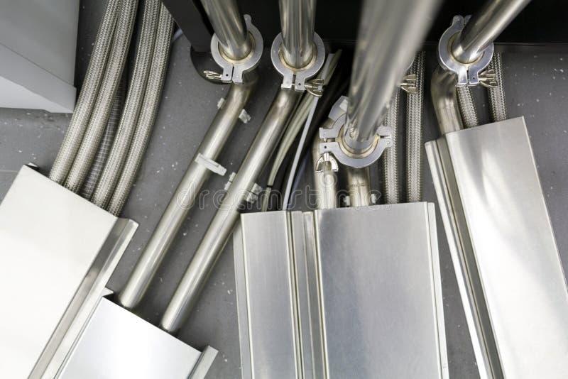 Fragment d'une connexion complexe de beaucoup de tubes et de fils en acier entre la divers communication et organes de contrôle photographie stock