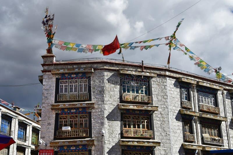 Fragment d'une maison typique au centre historique de Lhasa image stock