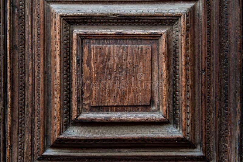 Fragment d'une porte vénitienne antique faite en chêne de marais Fond texturisé, la texture du bois image libre de droits