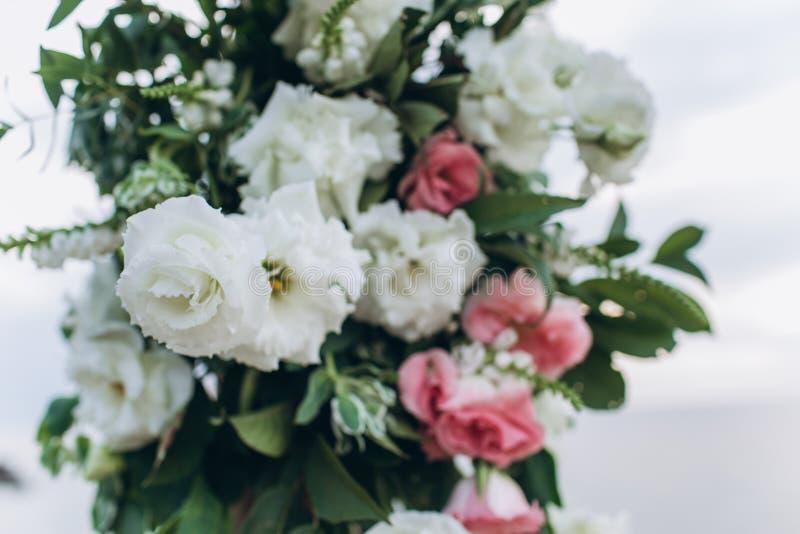 Fragment d'une voûte l'épousant pour une cérémonie de sortie décorée des fleurs blanches et roses images libres de droits