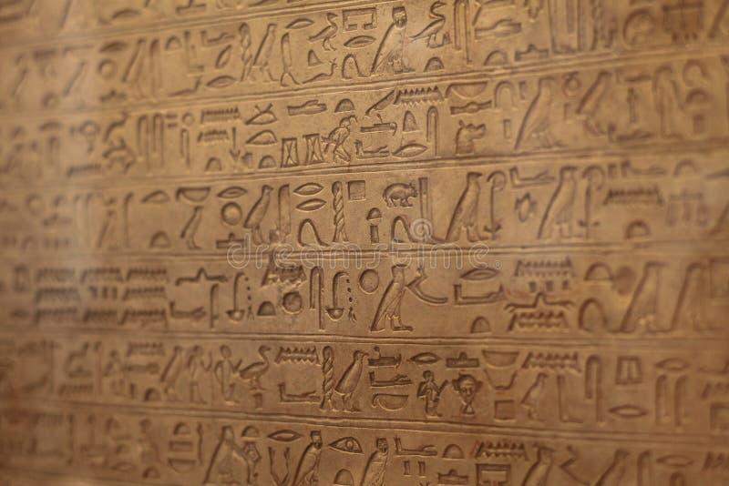 Fragment dat in keurige Egyptische hiërogliefen wordt gegraveerd royalty-vrije stock afbeeldingen