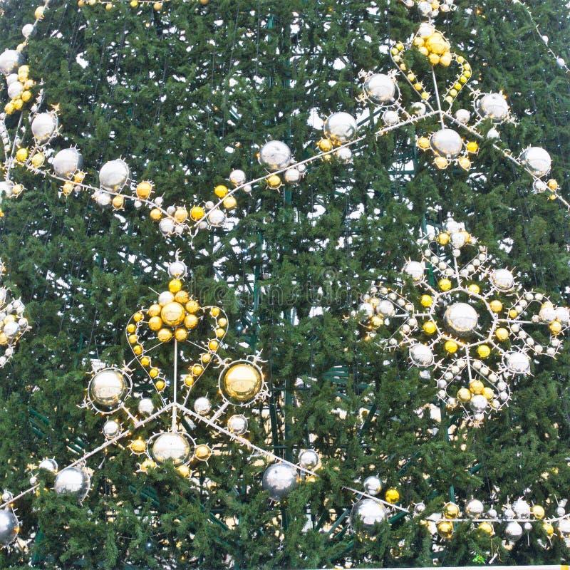 Fragment de l'arbre principal de nouvelle année de la ville, installé sur la place de palais à St Petersburg, la Russie photographie stock