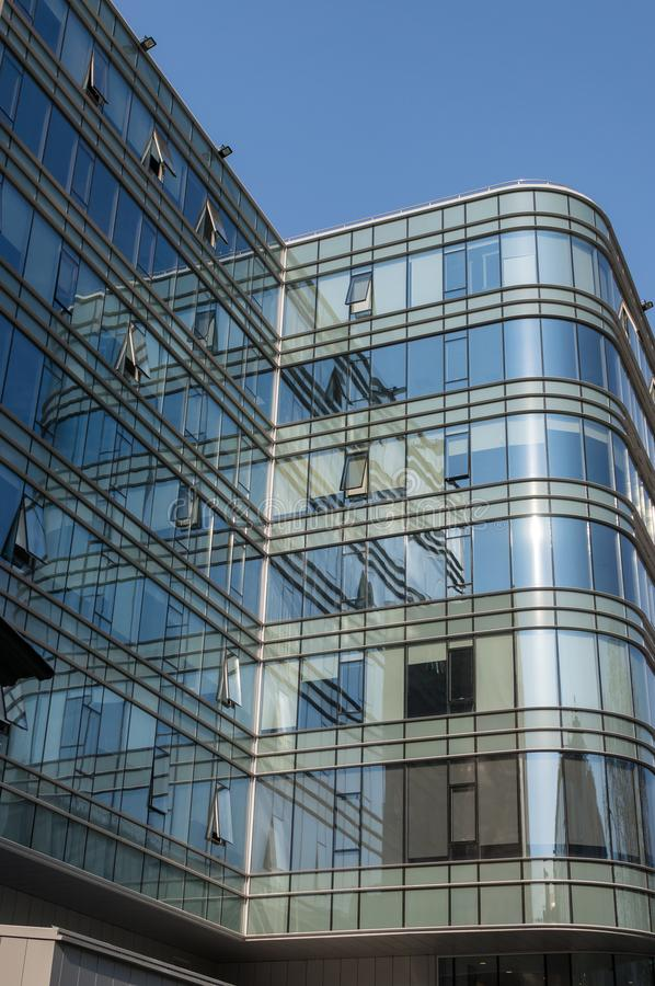 Fragment de la façade d'un immeuble de bureaux moderne avec les fenêtres panoramiques Mur de verre ext?rieur images stock