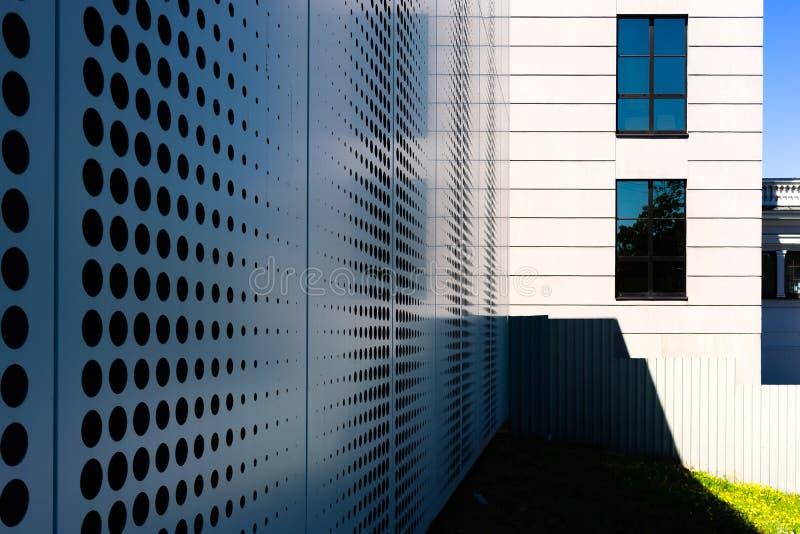 Fragment de la façade de la maison avec des fenêtres photo libre de droits