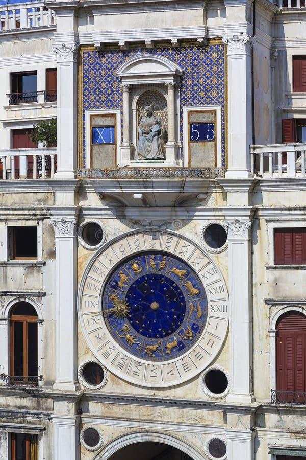 Fragment de la façade de la tour d'horloge, Venise image stock