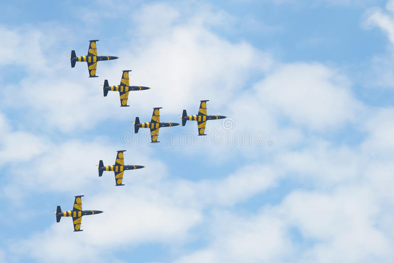 Fragment de la performance du ` baltique d'abeilles de ` acrobatique aérien letton d'équipe MAKS-2017 photographie stock libre de droits