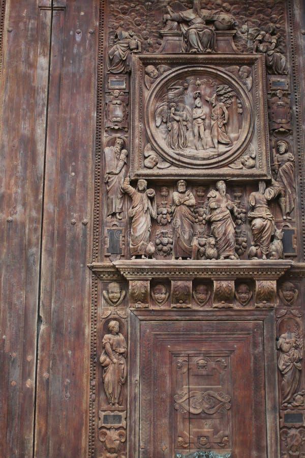Fragment de la porte de l'église de saint-Maclou avec le découpage images stock