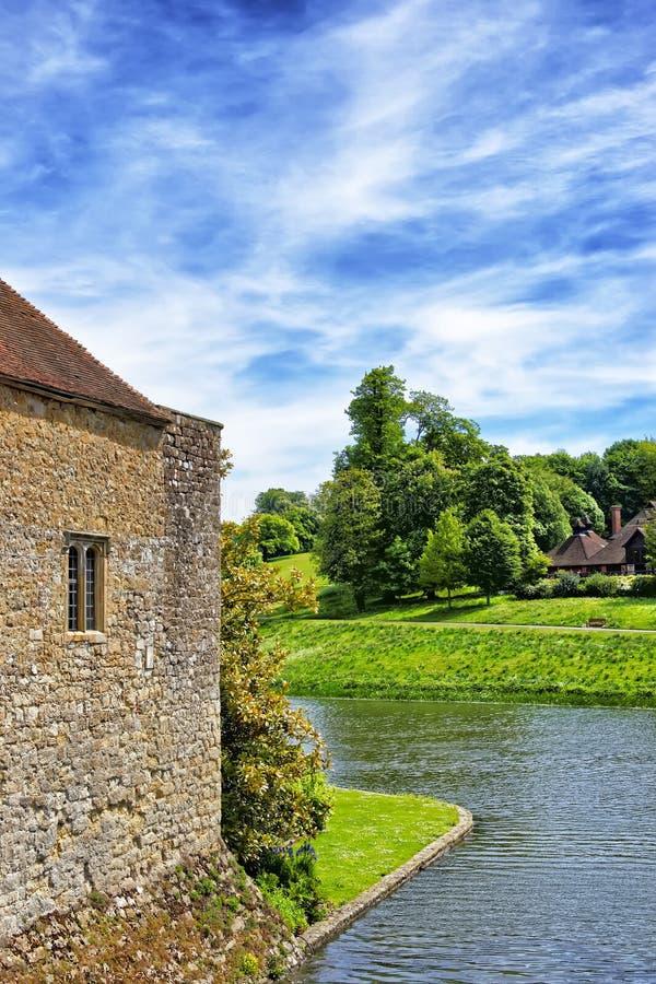 Fragment de Leeds Castle dans un lac dans Kent en Angleterre photo libre de droits