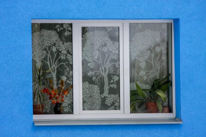 Fragment de maison colorée avec la fenêtre et le mur bleu photos libres de droits