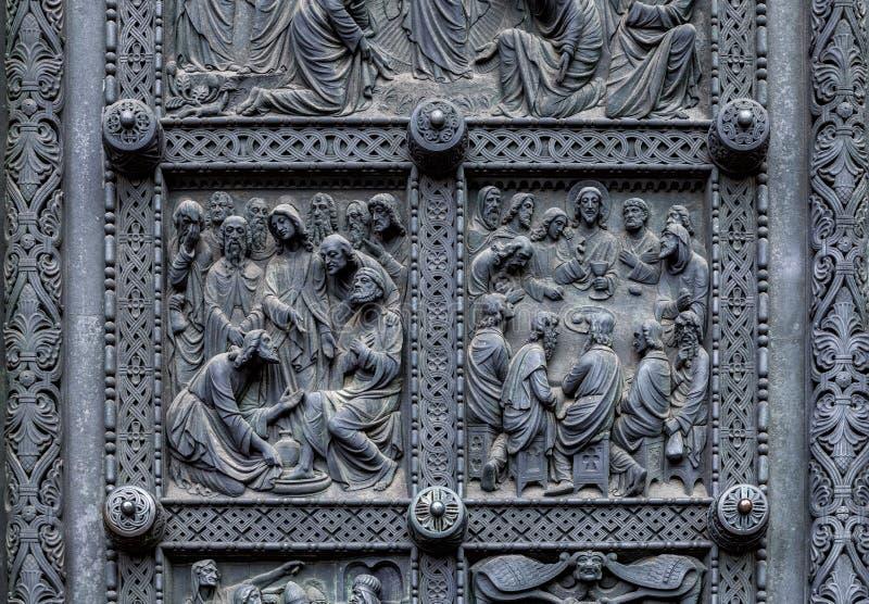Fragment de porte métallique de cathédrale du ` s de Brême avec les décorations religieuses photos stock