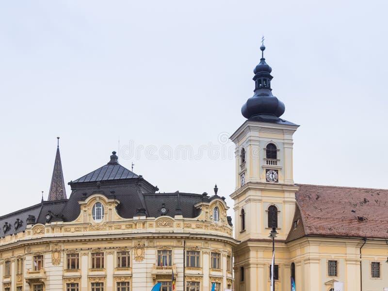 Fragment de Roman Catholic Church de la trinité sainte et de la ville de Sibiu hôtel sur la grande place dans la ville de Sibiu e photos libres de droits