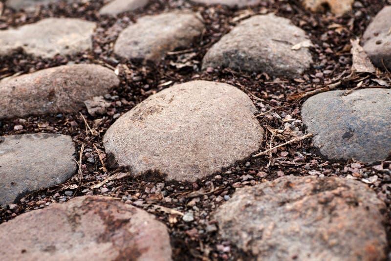 Fragment de route de pavé rond avec de grandes pierres photos libres de droits