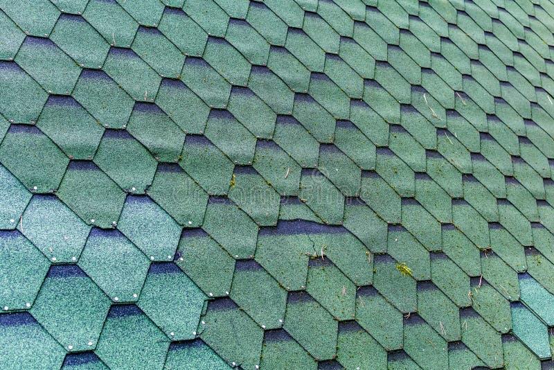 Fragment de toit vert de texture de tuile de bardeau pour le fond photos libres de droits