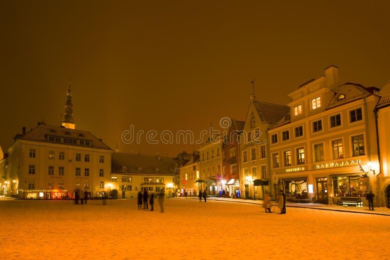 Fragment de ville Hall Square une soirée nuageuse de mars, Tallinn l'Estonie photos stock