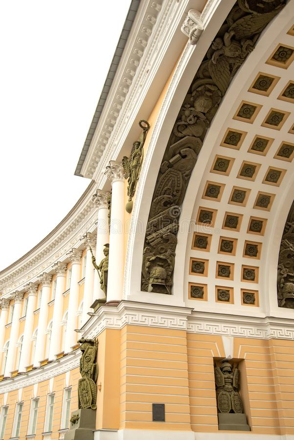 Fragment de voûte de plan rapproché sur le bâtiment d'état-major sur la place de palais à St Petersburg en Russie image stock