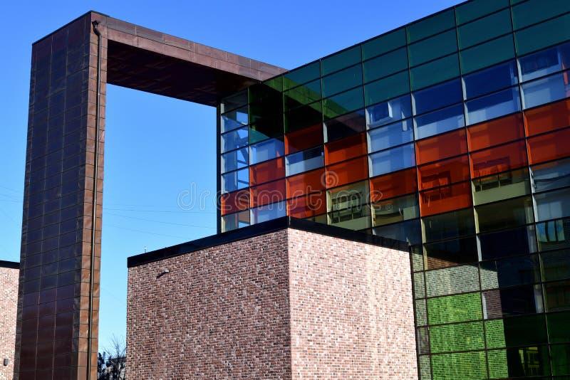 Fragment der Architektur mit farbigem Glas stockfotos