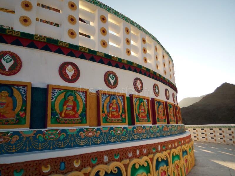 Fragment der berühmten Touristenattraktion Serene Shanti Stupa, Friedenspagode nahe Leh, Ladakh, Jammu und Kashmir, Indien stockfoto