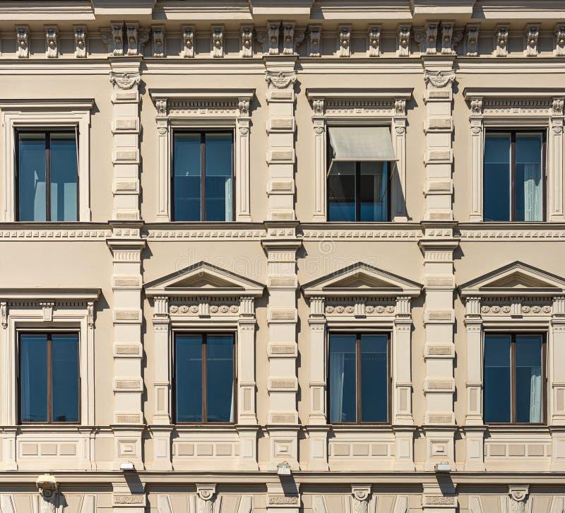 Fragment der Fassade des historischen Stadtgebäudes lizenzfreie stockfotos