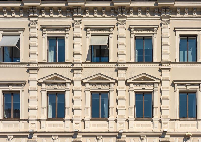 Fragment der Fassade des historischen Stadtgebäudes Windows mit Gesimsen und Dekor stockfotos