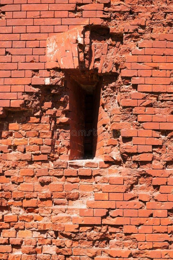 Fragment der Festungsmauer mit Embrasure lizenzfreies stockfoto