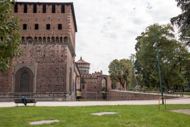 Fragment der Festungswand, des Burggrabens und des Eckenturms von stockbild