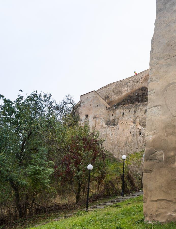 Fragment der Festungswand der Rupea-Zitadelle errichtet im 14. Jahrhundert auf der Straße zwischen Sighisoara und Brasov in Rumän stockfoto