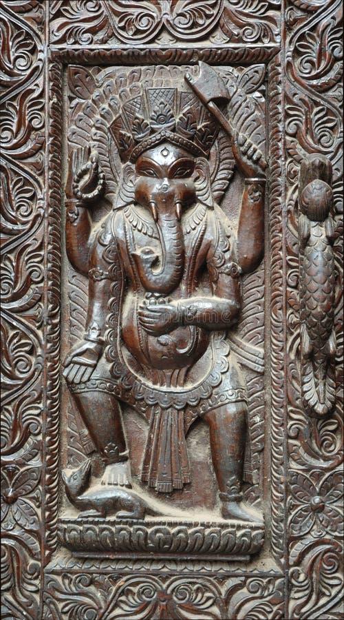 Fragment der hölzernen nepalesischen Tür mit Ganesha stockfotos