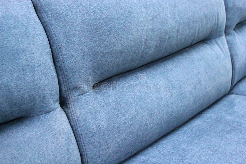 Fragment der Rückseite des blauen weichen Sofas lizenzfreies stockfoto