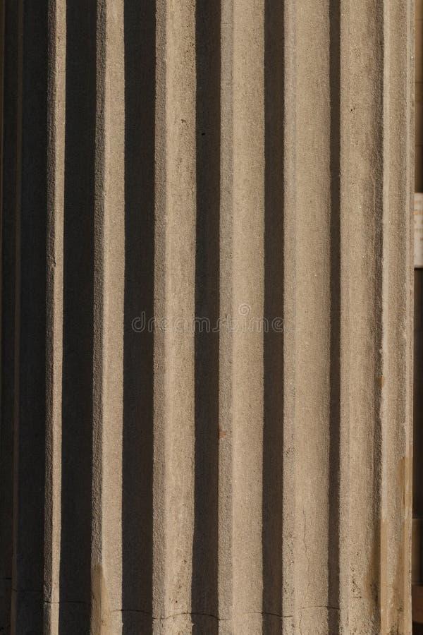 Fragment der Spalte mit Flöten Heller Sonnenschein deckt Details auf stockfotos