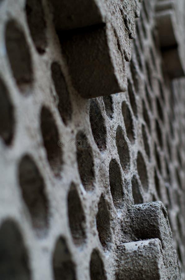 Fragment der Wand mit Löchern stockfoto